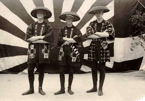 Edward_VIII_with_his_staff_wearing_Happi_1922
